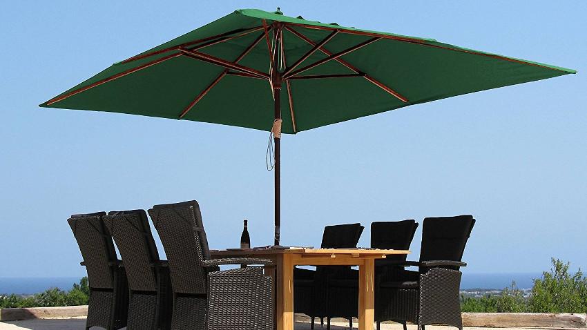 Großer 4 Meter großer Sonnenschirm in Grün über einer Sitzgruppe aufgespannt