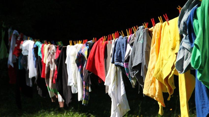 Wäsche, welche in der Sonne trocknet.